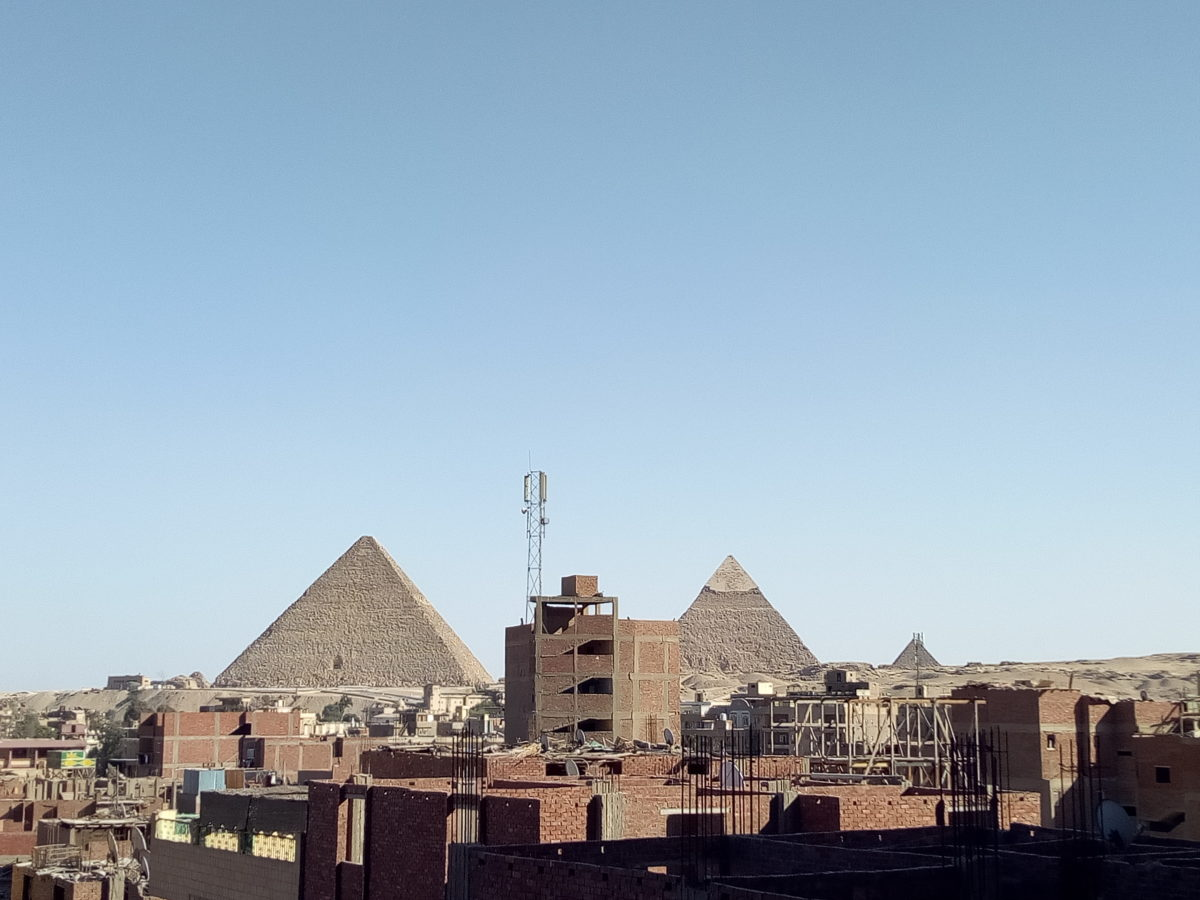 Vue magnifique sur les pyramides de Gizeh depuis le balcon d'un immeuble dans le quartier Kafr Nassar