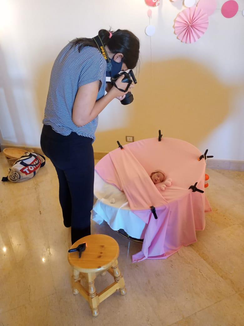 Marina Adel Nessim lors d'une autre séance photo en train de photographier le nouveau-né emmitouflé