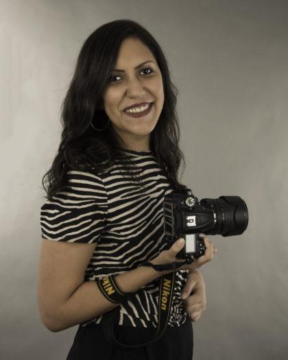 Marina Adel Nessim, jeune photographe égyptienne spécialisée dans les portraits de nouveau-nés, tenant en main son appareil photographique