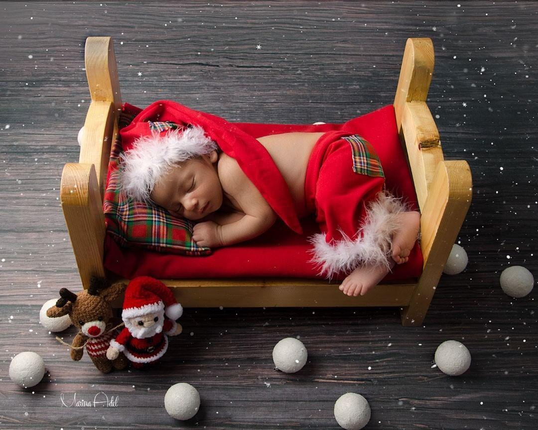 Un nouveau-né dans décor de Noël photographié par Marina Adel Adel Nessim